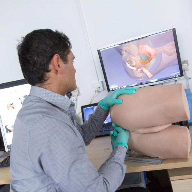 Мужчина врач дрочит парню видео эта