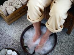 Воняют ноги у мужчины: что делать, как лечить, чем устранить, мази, нородные способы и средства