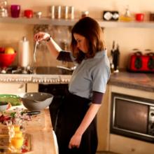 Женщин ЗАКАБАЛИЛИ на кухне. Почему придя с работы муж отдыхает, а я становлюсь у «вечного огня»