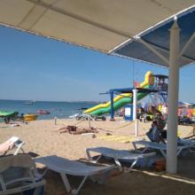 Сын разбил нос об опору батута на пляже в Евпатории. Кто ответит?