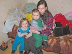 Муж тунеядец и живет на пенсию матери, а своих детей морит голодом